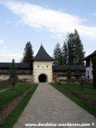 Aleea principală/Turnul lui Eminescu (turnul de intrare în complexul monahal).
